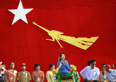 Suu-kyi-gives-speech-in-khawmu
